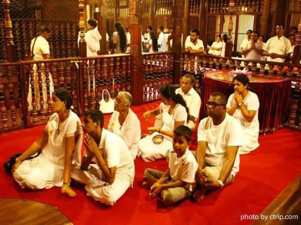 Sri Lankans pray in the temple